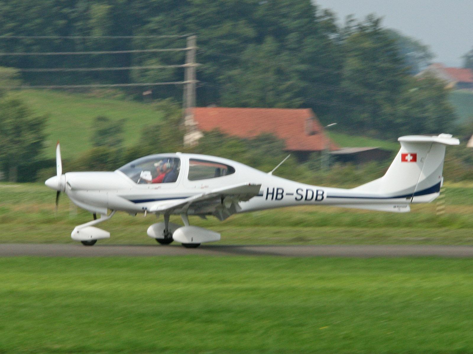 Militär Flugzeuge - Kategorie: Propeller - Bild: Diamond Star DA 40 ...