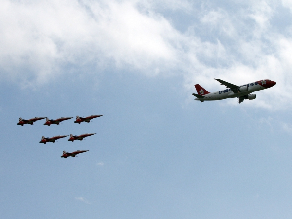 Air Airbus A320-214 Edelweiss Air HB-IJV mit Patrouille Suisse